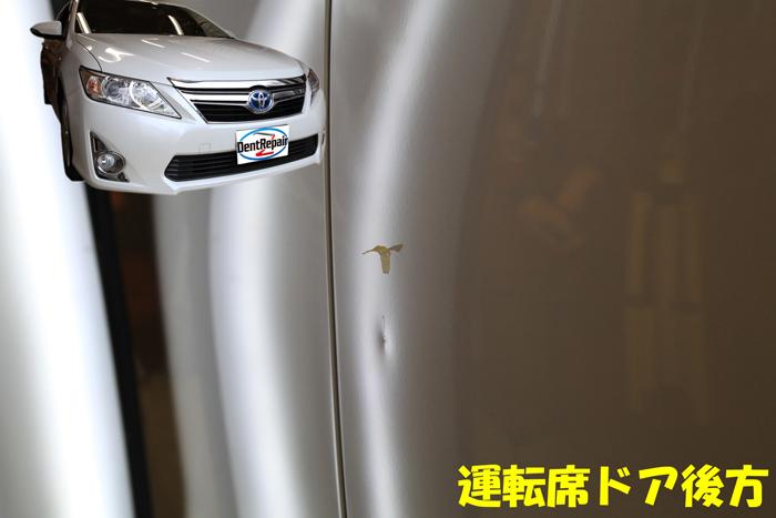 カムリ運転席ドアのへこみ、修理前の写真
